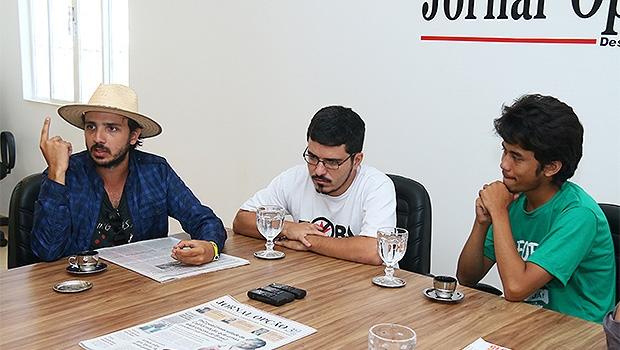 Kim Kataguiri (à direita) e outros integrantes do MBL, em entrevista | Foto: Fernando Leite/Jornal Opção