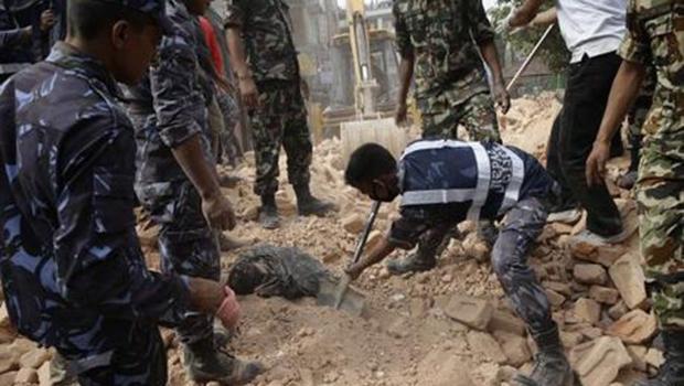 Homem de 101 anos é resgatado no Nepal