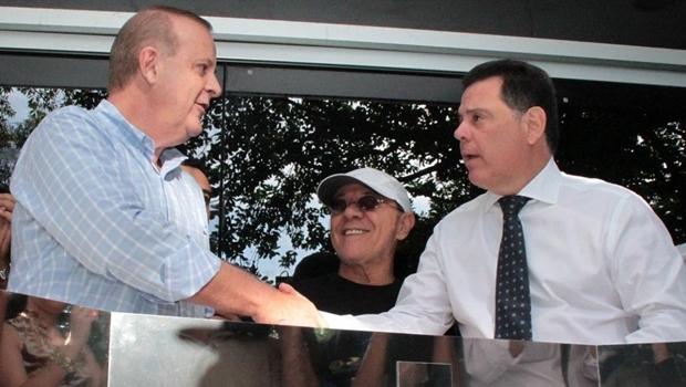 Paulo Garcia e Marconi se cumprimentam durante evento na Praça Cívica | Foto: reprodução / Governo de Goiás