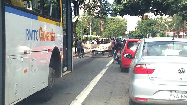 Trânsito fica lento durante protesto de professores e alunos do Estado