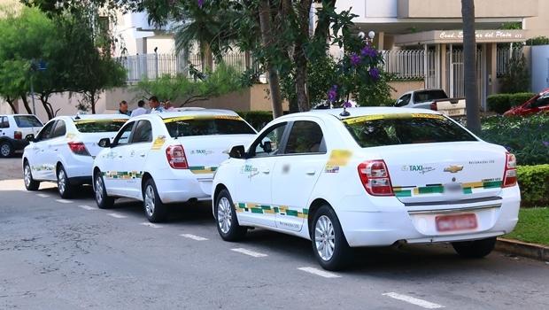 Taxistas em um ponto da capital | Foto: Fernando Leite / Jornal Opção
