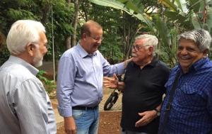 Prefeito Paulo Garcia e artista plástico Amaury de Menezes, à direita | Foto: Alexandre Parrode
