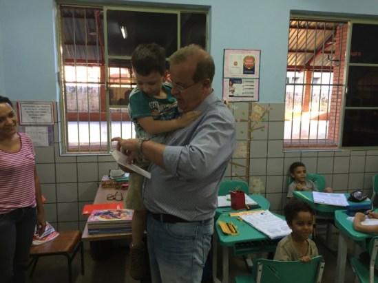 Paulo Garcia recebe cartinhas dos alunos da escola Eva Vieira de Almeida | Foto: Alexandre Parrode
