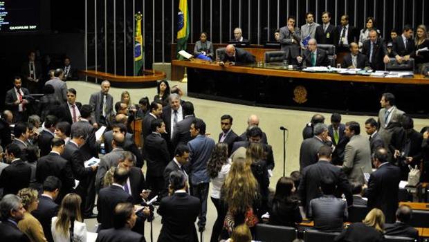Plenário da Câmara dos Deputados durante sessão extraordinária para tentar concluir a votação da reforma política em primeiro turnoAntonio Cruz/ Agência Brasil