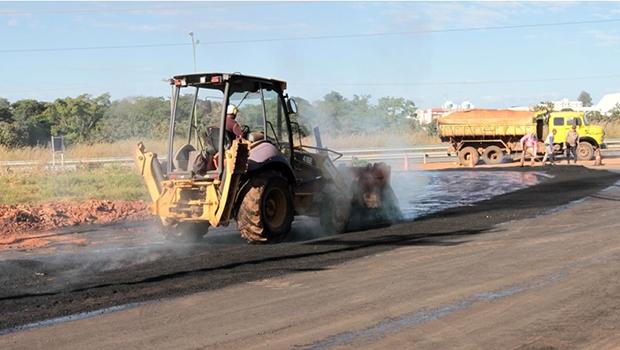 Trabalho de recomposição dos estragos no asfalto é feito por seis equipes da Secretaria de Obras