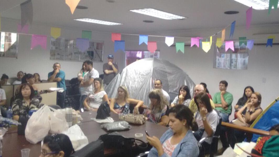 Há 43 dias em greve, professores aguardam proposta de Maguito Vilela