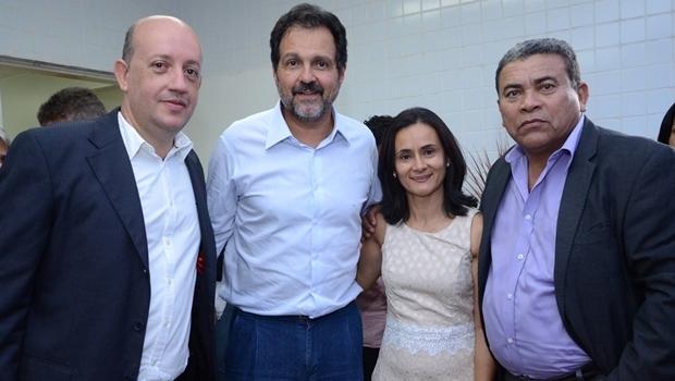 Secretários Walter Mattos e Antônio Reis ladeiam a prefeita Lucimar com o padrinho político, ex-governador do DF, Agnelo Queiroz | Foto: reprodução / Facebook