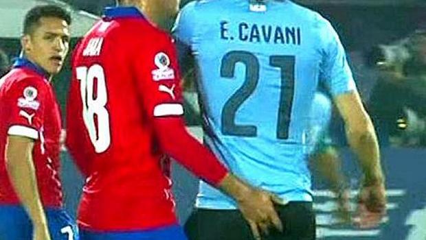 """""""Mão boba"""" de jogador chileno causa polêmica e será investigada pela Conmebol"""