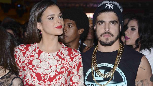 Em noite com Bruna Marquezine, Caio Castro joga bebida no cabelo de uma desconhecida