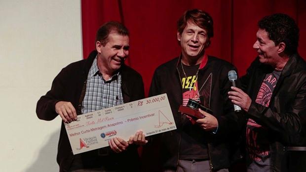 Prefeito João Gomes entrega prêmio a Absair Weston, vencedor do festival