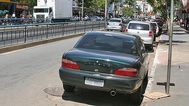 """Em Goiânia, quem parar em vaga especial poderá ter carro adesivado com """"multa moral"""""""