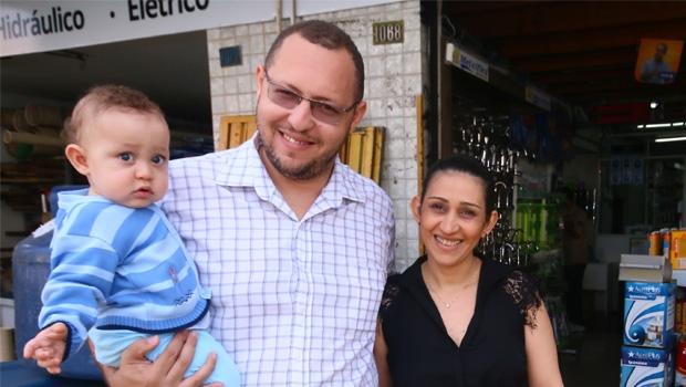 Empresário Warley de Castro Pereira com sua mulher Angely e seu filho caçula, Samuel