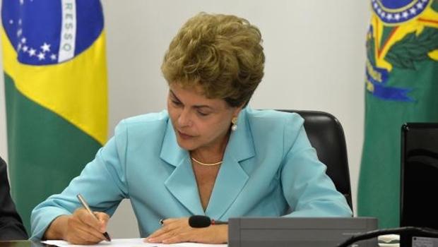 Presidenta Dilma Rousseff assina Medida Provisória que cria Programa de Proteção ao Emprego, durante solenidade no Palácio do Planalto | Foto: Wilson Dias/Agência Brasil