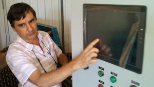 Engenheiro José Alfredo Rosedo mostra painel de controle do telféroco  | Foto: Marcello Dantas/Jornal Opção Online