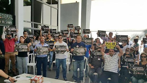 Manifestação em frente ao edifício-sede da Justiça Federal em Goiás, na segunda-feira | Foto: Divulgação/Sinasempu