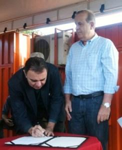 Luis Cesar Bueno assina ordem de serviço ao lado de Paulo Garcia | Foto: Marcello Dantas/Jornal Opção Online