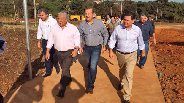 1420cd2ee8 Paulo Garcia (centro) e Marconi Perillo durante visita ao Puama | Foto:  Reprodução