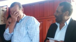 Paulo Garcia cobre o rosto após errarnome de aliado pela segunda vez   Foto: Marcello Dantas/Jornal Opção Online