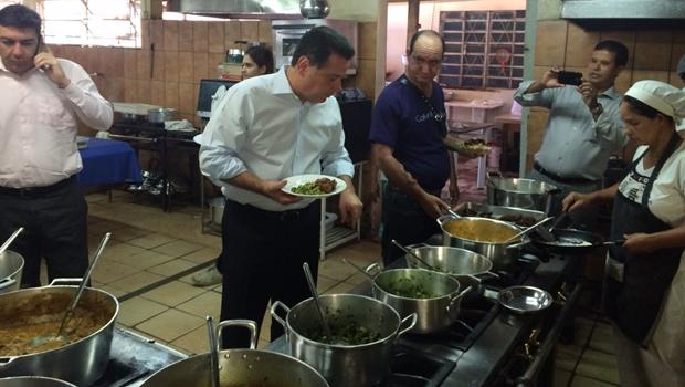Marconi quebra rotina e almoça no Restaurante Popular