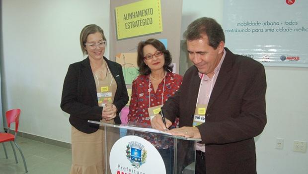 Prefeito João Gomes durante assinatura do termo de cooperação