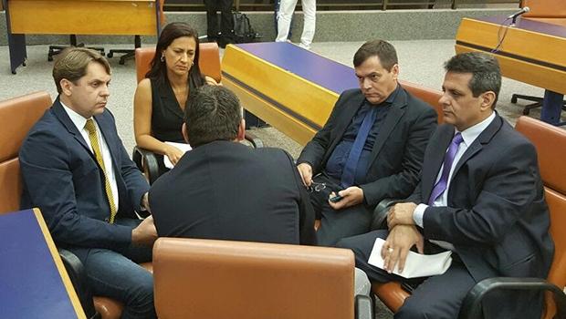 Bruno Peixoto (esq) em reunião com parte da bancada do PMDB na Câmara | Foto: Divulgação