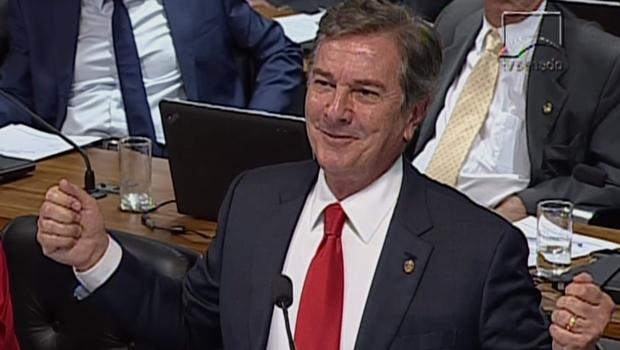 Collor ri e debocha de Janot durante sabatina no Senado