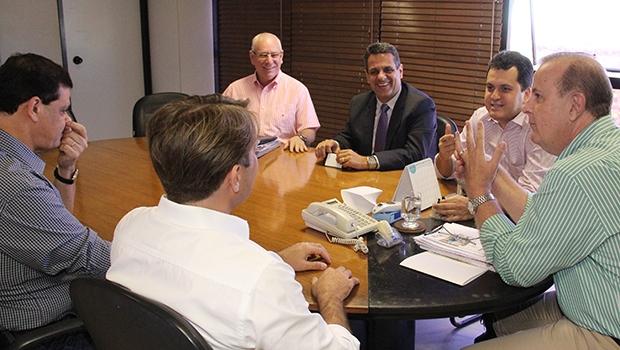 Paulo Garcia (à dir.) em reunião com peemedebistas | Foto: Humberto Silva/Divulgação
