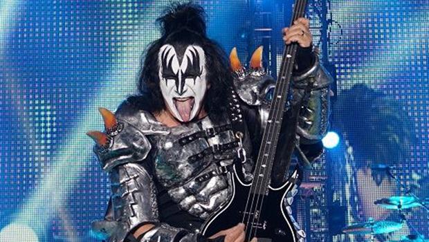 Polícia revista casa de Gene Simmons, do Kiss, em busca de pornografia infantil