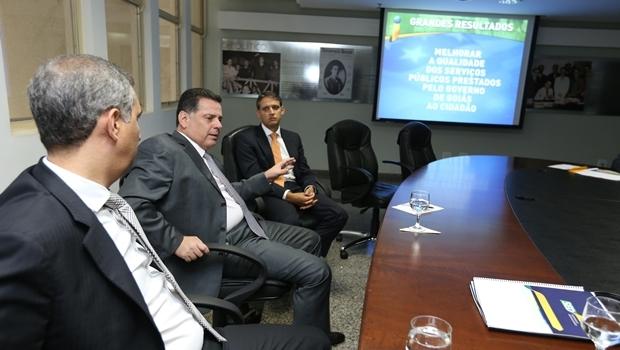 Governador discute plano com vice, José Eliton, e secretário Thiago Peixoto | Foto: Henrique Alves