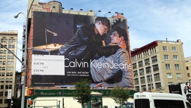 Nova campanha da Calvin Klein estampa casal gay em outdoor gigante