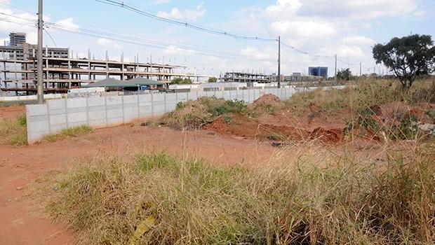 Terreno ao lado de onde está sendo construída a nova sede da Assembleia Legislativa de Goiás (ao fundo, o Paço Municipal) pertence à Orca Construtora, do senador Wilder Morais: não há sinais de obra no local