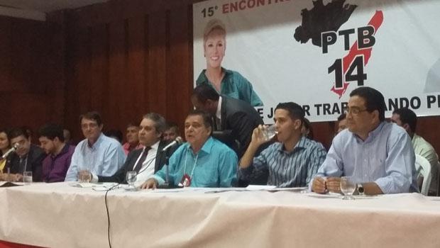 Ao centro, de azul, o presidente do PTB em Goiás, Jovair Arantes, e ao lado o secretário Henrique Tibúrcio | Foto: Sarah Teófilo/ Jornal Opção Online