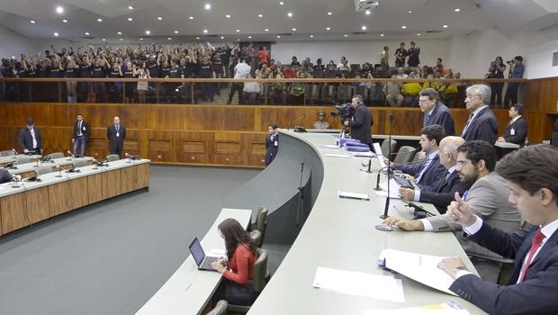 Servidores do Judiciário comemoram aprovação do projeto, durante sessão | Foto: Y. Maeda