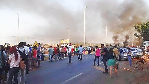 Ônibus explodiu após ser incendiado na saída para Inhumas   Foto: Reprodução/Whatsapp