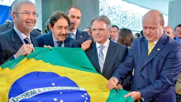 Deputado Célio Silveira assina bandeira do Brasil | Foto: reprodução / Facebook