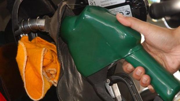Governo revê aumento e reduz imposto no etanol em oito centavos por litro