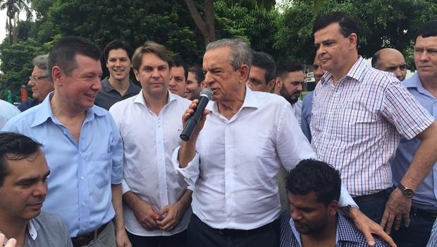 Iris discursa durante o evento na sede do PMDB, ao lado dos deputados José Nelto, Bruno Peixoto e o vereador e secretário Paulo Magalhães. Ao fundo, o deputado federal Daniel Vilela; embaixo (à esquerda), o vereador Wellington Peixoto, recém-filiado ao partido | Foto: Alexandre Parrode