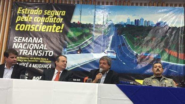 Presidente Jayme Rincón discursa ao lado do diretor Carlos Ronay, do diretor do Detran-GO João Balestra e do comandante do Policiamento Rodoviário, Coronel Queiroz