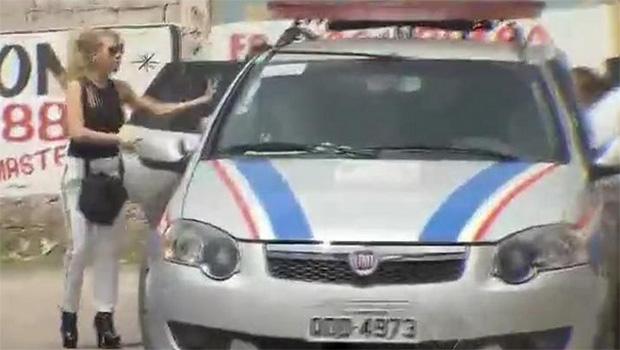 Joelma foi flagrada na porta da delegacia pela reportagem da TV Record | Reprodução/Cidade Alerta