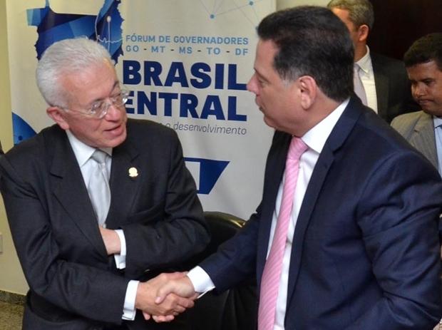 Ministro Mangabeira Unger cumprimenta o governador Marconi Perillo durante lançamento do projeto | Foto: Eduardo Ferreira