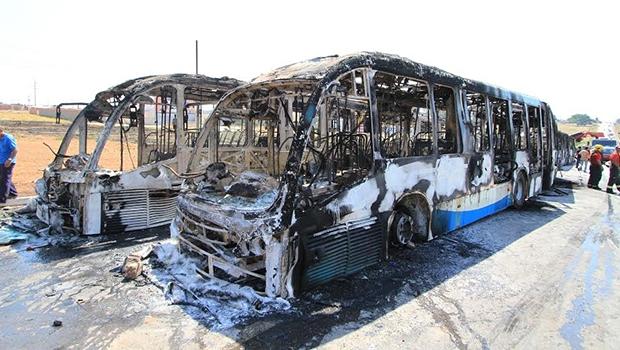 Ônibus da Metrobus foram queimados em protesto | Foto: Wesley Costa/O Hoje