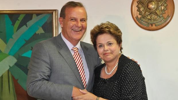 Paulo Garcia entrega a Dilma manifesto em repúdio ao processo de impeachment