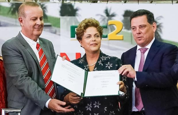 Prefeito Paulo Garcia, presidente Dilma e o governador Marconi Perillo durante lançamento do BRT Norte-Sul, em Goiânia   Foto: Roberto Stuckert Filho/PR