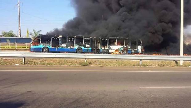 Seis ônibus são queimados em protesto   Foto: Reprodução/Facebook