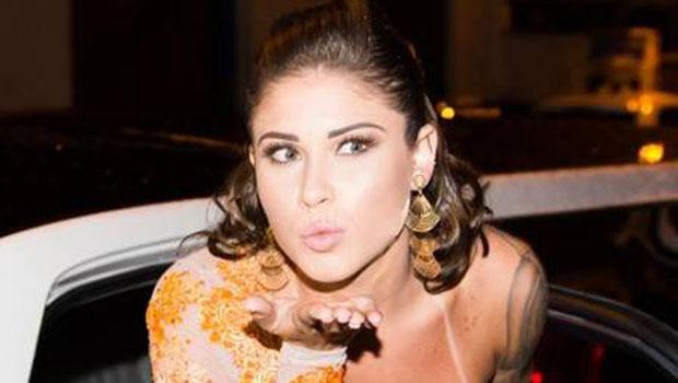 Gari Gata usa vestido transparente de R$ 3 mil em lançamento de ensaio nu