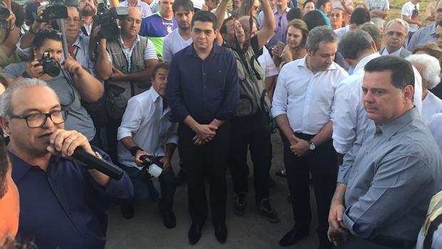 Tayrone di Martino entre o prefeito de Trindade, Jânio Darrot, e o governador Marconi Perillo: vai tucanar? | Foto: Alexandre Parrode / Jornal Opção