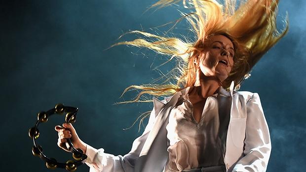 Florence Welch, vocalista da banda Florence + The Machine. O registro fotográfico é do Coachella 2015, festival californiano que equivale ao inglês Glastonbury