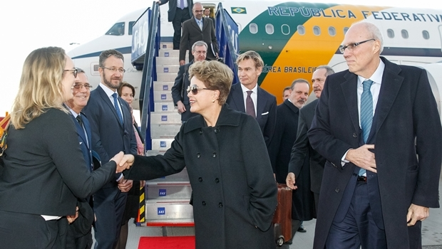 Estocolmo - Suécia, 17/10/2015. Presidenta Dilma Rousseff recebe cumprimentos na chegada a Estocolmo. Foto: Roberto Stuckert Filho/PR