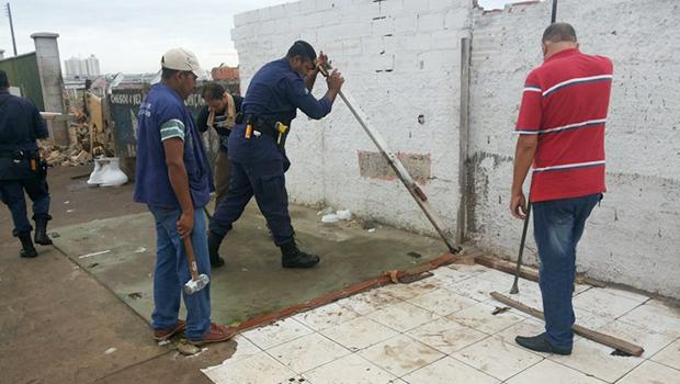 Ambulantes são removidos de calçadas na Avenida Rio Verde