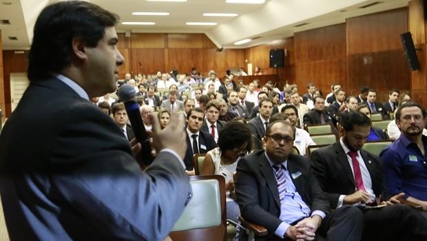 Flávio Buonaduce discursa durante evento na Alego
